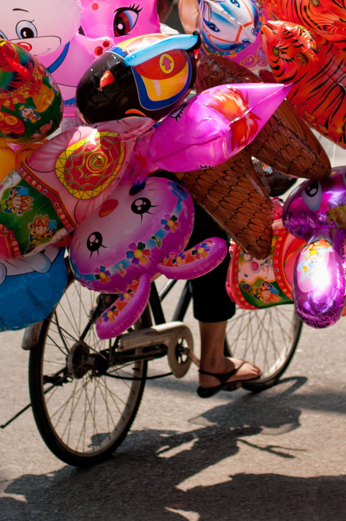 A bicycles transports balloons in China